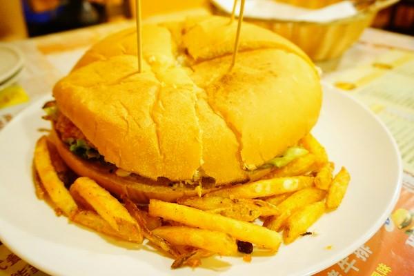 "HUGE BURGER:【台北士林美食】HUGE BURGER||*♥美式餐廳""巨無霸總匯漢堡""續杯飲品""學生聚餐"