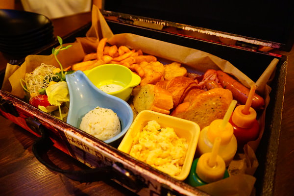 "TANK Q 輕食:【台北中山美食】TANK Q 輕食||*♥濃濃工業風""手提箱早午餐""工具箱漢堡"